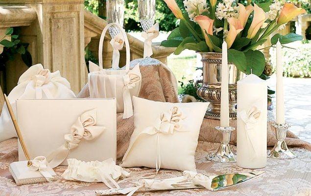 Accesorii de nunta cu mainile lor. Inele de nunta pe masina. Carduri de nunta. Sampanie pentru nunta