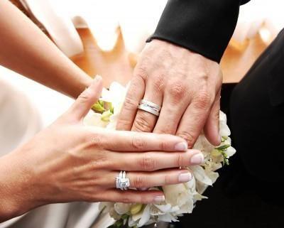 Traditii si obiceiuri de nunta: care deget este purtat pe un inel de logodna