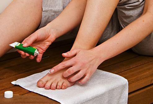 crăpături între degetele de la unghi