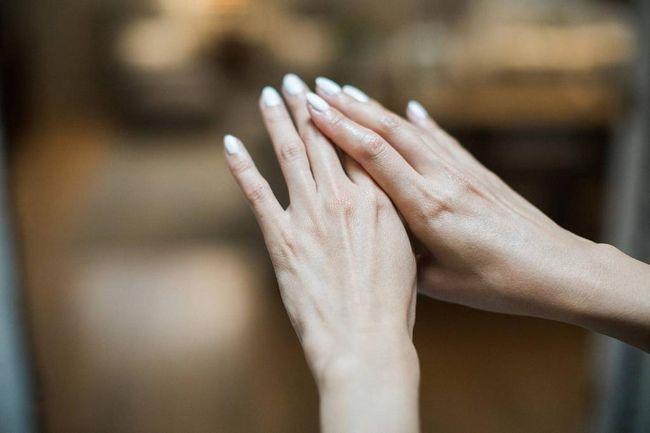 mâinile după baia de parafină