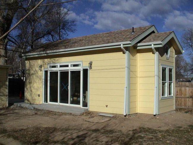 decorarea exterioară a casei din panouri de sipci cu tencuială