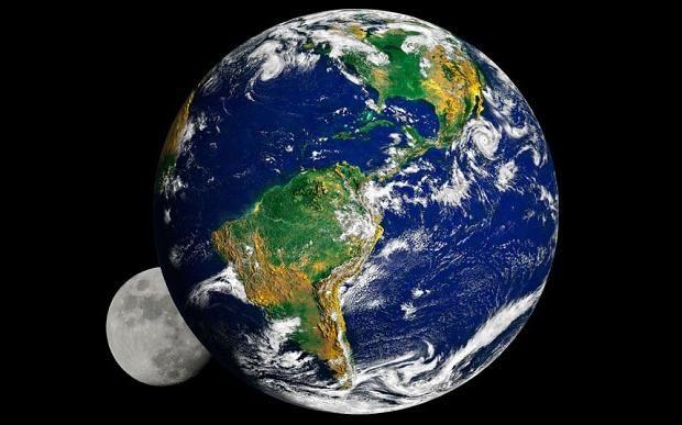 Satelitul se învârte în jurul Pământului
