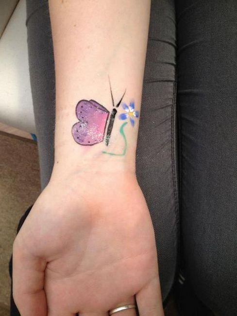 красивая женская татуировка на запастье