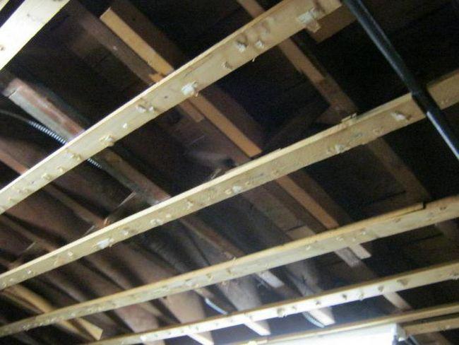 Plafon izolate fonic în apartament sub tavanul suspendat